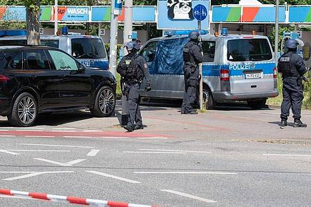 Polizisten sichern den Tatort in Hannover. Foto: Julian Stratenschulte/dpa