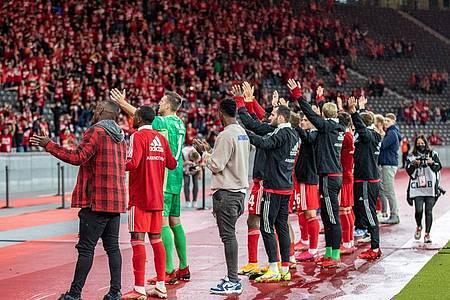 Der 1. FC Union Berlin feierte mit den Fans den Einzug in die Gruppenphase der Conference League. Foto: Andreas Gora/dpa