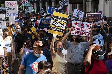 Demonstranten protestieren in Washington DC gegen Wahlrechtsreformen. Das Parlament im US-Staat Texas hat umstrittene Wahlrechtsänderungen beschlossen. Foto: Jose Luis Magana/AP/dpa