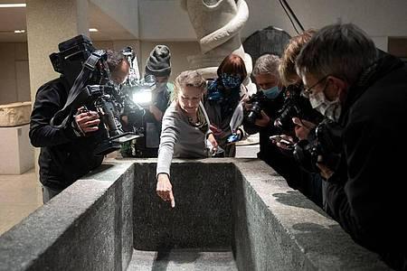 Friederike Seyfried, Direktorin des Ägyptischen Museums, zeigt Medienvertretern Spuren der Sachbeschädigungen im Neuen Museum. Foto: Bernd von Jutrczenka/dpa