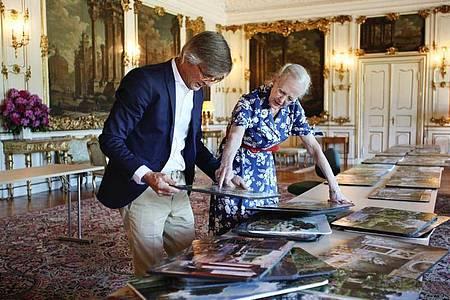 Die dänische Königin Margrethe II. und Regisseur Bille August bereiten den Film vor. Foto: Jacob Joergensen/JJ Film/Netflix/dpa