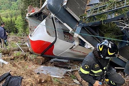 Rettungshelfer arbeiten am Wrack der Seilbahngondel am Monte Mottarone. Foto: -/Vigili del Fuoco Firefighters/AP/dpa