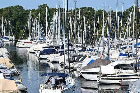 Hunderte Boote liegen im Yachthafen von Ultramarin in Gohren, während ein Mann sein Segelboot aus dem Hafen fährt. Die Nachfrage nach Booten und Hafenplätzen kann aktuell kaum gedeckt werden. Foto: Felix Kästle/dpa
