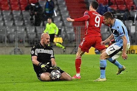 Lewandowski (M.) scheitert beim Abschluss an Lazio-Torwart Pepe Reina. Foto: Sven Hoppe/dpa