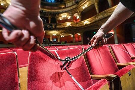 Wann können die Sitze werden im Zuschauerraum des Berliner Ensembles wieder entsperrt werden?. Foto: Jens Kalaene/dpa-Zentralbild/dpa
