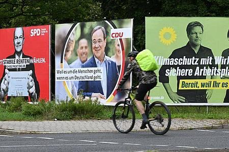 Wahlplakate vonSPD,CDUund Grünen. Foto: Arne Dedert/dpa