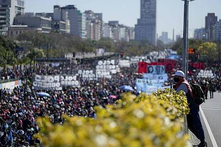 Demonstranten fordern Arbeitsplätze und Sozialleistungen. Foto: Natacha Pisarenko/AP/dpa