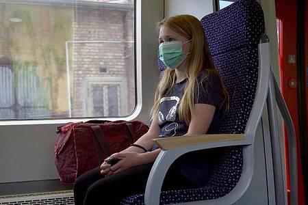 Ein «Pendelkind» im Zug. Foto: Dr. Rita Knobel-Ulrich/ZDF/NDR/dpa