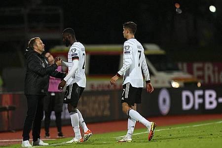 Hansi Flick (l-r) klatscht nach dem 0:4-Sieg mit Antonio Rüdiger und Joshua Kimmich ab. Foto: Christian Charisius/dpa