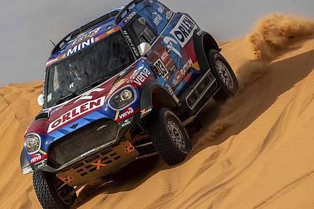 Schon 2020 hatte Saudi-Arabien die Rallye Dakar ausgerichtet: Der Pole Jakub Przygonski mit Copilot Timo Gottschalk aus Deutschland in Aktion. Foto: Bernat Armangue/AP/dpa