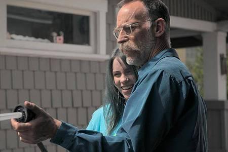 """US-Singer-Songwriterin Billie Eilish und ihr Vater Patrick O`Connell in einer Szene der Dokumentation """"Billie Eilish: The World`s A Little Blurry"""". Foto: -/Apple TV+/dpa"""