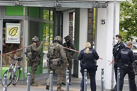 Nach den Schüssen in Dänischenhagen (Kreis Rendsburg-Eckernförde) hat die Polizei auch das Brauereiviertel in Kiel abgeriegelt. Foto: Frank Molter/dpa