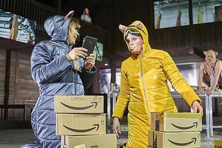 Darsteller mit Schweine-Masken: «Lärm. Blindes sehen. Blinde sehen!» von Elfriede Jelinek feiert in Hamburg Premiere. Foto: Matthias Horn/Schauspielhaus Hamburg/dpa
