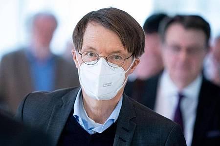 Steht dem DFL-Konzept zu Zuschauer-Rückkehr eher kritisch gegenüber: SPD-Politiker Karl Lauterbach. Foto: Kay Nietfeld/dpa