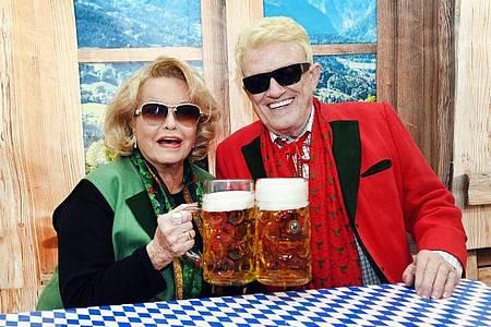Der Volkssänger Heino und seine Hannelore sitzen bei der Eröffnung des Oktoberfestes 2019 in einem Festzelt in ihrem Wohnort Bad Münstereifel. Foto: Horst Ossinger/dpa