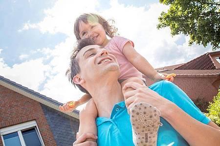 Resturlaubsanspruch verfällt nicht, wenn berufstätige Väter oder Mütter in Elternzeit gehen. Foto: Christin Klose/dpa-tmn