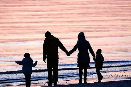Ehe und Familie sind auch heute noch das Ideal vieler junger Menschen. Foto: Bernd Wüstneck/dpa-Zentralbild/dpa