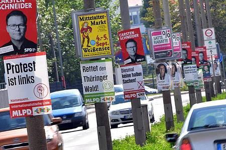 Wahlplakate hängen an Straßenlaternen in der Landeshauptstadt Erfurt in Thüringen. Foto: Martin Schutt/dpa