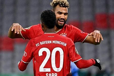 Eric Maxim Choupo-Moting (r) und Bouna Sarr vom FC Bayern München jubeln über den 1:0 Treffer gegen den 1. FC Düren durch Choupo-Moting. Foto: Peter Kneffel/dpa