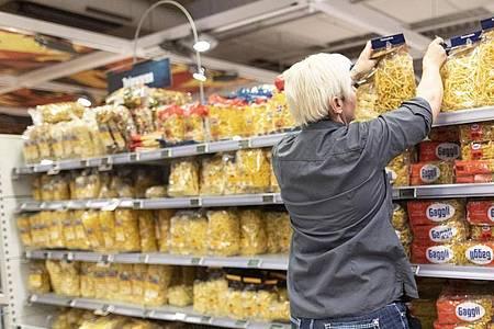 Der Lebensmittelhandel sieht aktuell kein Problem durch panische Vorratskäufe. Foto: Patrick Seeger/dpa