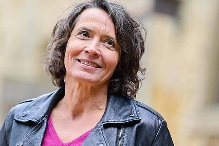 Ulrike Folkerts lächelt. Doch auch in ihrem Leben lief nicht immer alles glatt. Foto: Uwe Anspach/dpa