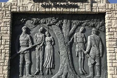 Ein Denkmal erinnert im Zentrum der namibischen Hauptstadt an den von deutschen Kolonialtruppen begangenen Völkermord an den Herero und Nama von 1904 bis 1907. Foto: Jürgen Bätz/dpa