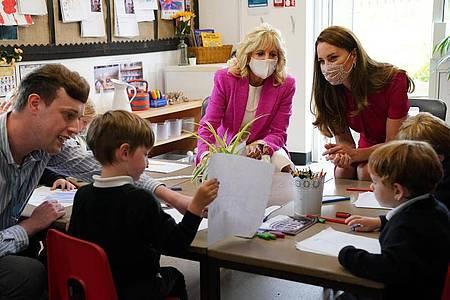 First Lady Jill Biden (m) und Kate mit Kindern einer Vorschulklasse bei einem Besuch der Connor Downs Academy. Foto: Aaron Chown/PA Wire/dpa