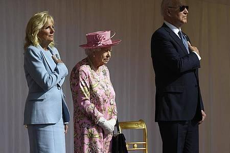 Die britische Königin Elizabeth II. zwischen Joe und Jill Biden in Schloss Windsor. Foto: Alberto Pezzali/AP/dpa