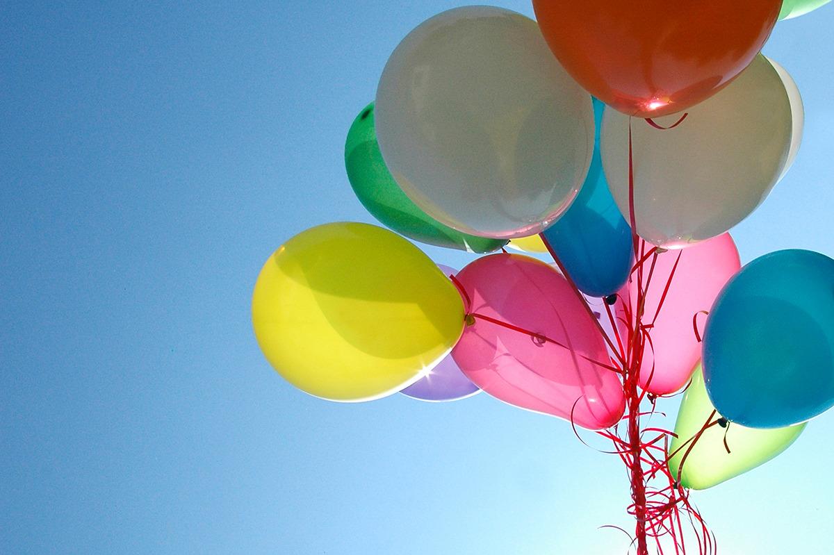 Luftballons_bunt_Himmel