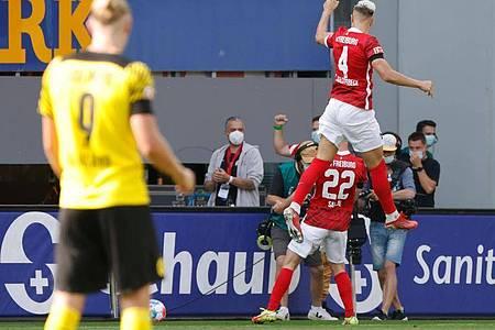BVB-Stürmer Erling Haaland (l) musste den Freiburgern beim Jubeln zuschauen. Foto: Philipp von Ditfurth/dpa