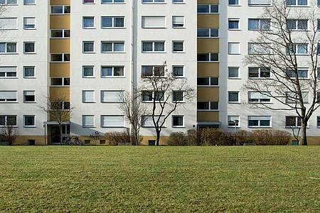 Die Zahl der Sozialwohnungen schrumpft bislang unaufhaltsam. 1990 gab es in Deutschland noch etwa 3 Millionen Sozialwohnungen, Ende 2020 nur noch 1,1 Millionen. Foto: picture alliance / dpa