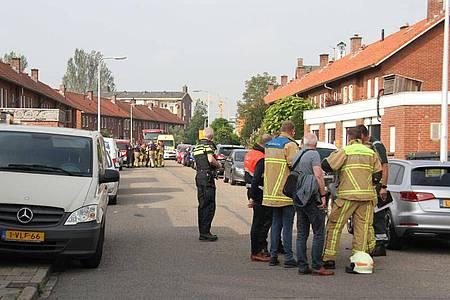 Polizisten und Rettungskräfte stehen am Tatort in Almelo. Foto: News United/ANP/dpa