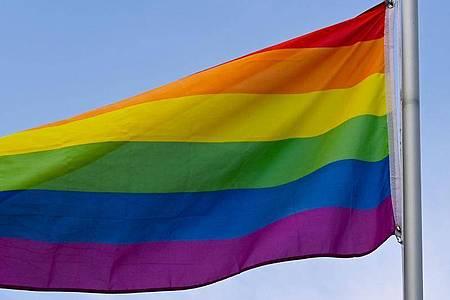 Die Flagge steht in vielen Ländern und Kulturen weltweit für Frieden, Aufbruch und Veränderung. Sie gilt als Zeichen der Toleranz und Akzeptanz. Foto: Patrick Pleul/dpa-Zentralbild/ZB