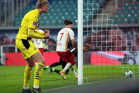 Dortmunds Doppel-Torschütze Erling Haaland jubelt über seinen Treffer zum 2:0 in Leipzig. Foto: Jan Woitas/dpa
