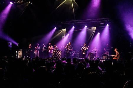 Darauf wird man noch warten müssen: Nubiyan Twist auf der Bühne. Foto: Nubiyan Twist/dpa
