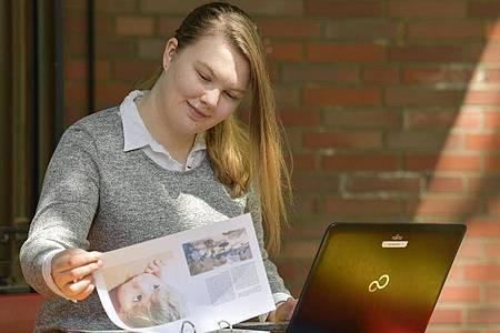 Auch die Dokumentation ihrer Arbeit gehört zu den Aufgaben der Erzieherin Lea Sophie Aldejohann. Foto: Kirsten Neumann/dpa-tmn