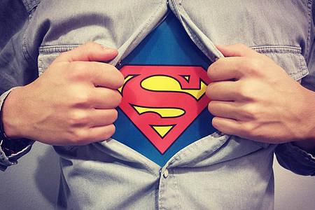 Mann mit Superman-Logo auf dem T-Shirt