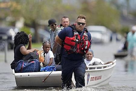 Rettungskräfte evakuieren Menschen nach Hurrikan «Ida» aus den Fluten in New Orleans, Louisiana. Foto: Gerald Herbert/AP/dpa