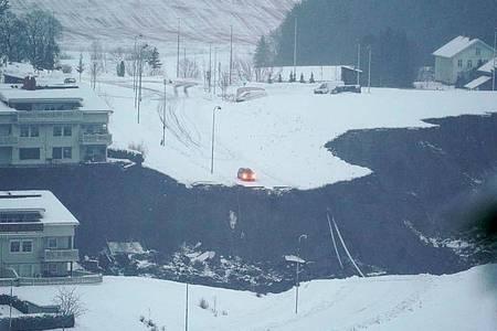 Ein Erdrutsch in der norwegischen Kleinstadt Ask Stadt hat eine große Spur hinterlassen. Nach dem Erdrutsch im Süden Norwegens sind mehr als 150 Menschen in Sicherheit gebracht worden. Foto: Fredrik Hagen/NTB/dpa