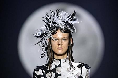 Ein Model zeigt eine Kreation der Designerin Florentina Leitner, die mit ihrer Schau die Mercedes-Benz Fashion Week im Kraftwerk eröffnet hat. Foto: Britta Pedersen/dpa-Zentralbild/dpa