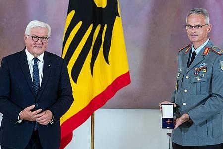 Brigadegeneral Jens Arlt (r.) und Bundespräsident Frank-Walter Steinmeier. Foto: Bernd von Jutrczenka/dpa