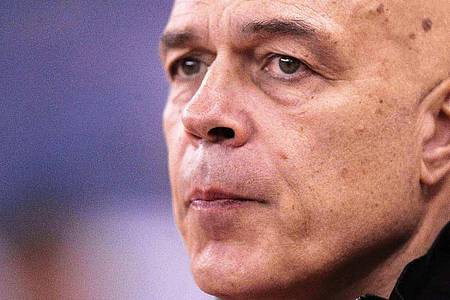 Christian Gross ist in dieser Saison bereits der vierte Chef-Trainer auf Schalke. Foto: Ahmed Yosri/EPA/dpa