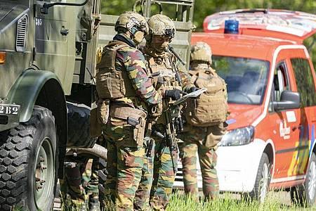 Spezialkräfte suchen nach einem mutmaßlich rechtsextremen und bewaffneten Berufssoldaten. Foto: Arnulf Stoffel/dpa