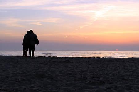 Paar im Sonnenuntergang
