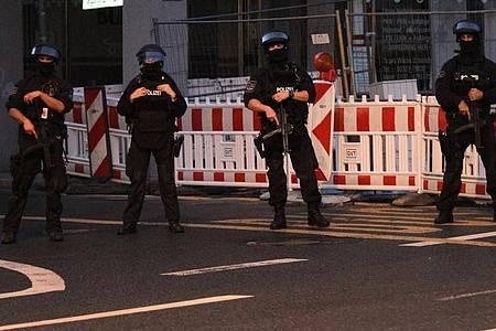 Wegen einer möglichen Gefährdungslage sind Polizisten imEinsatz. Foto: Kai-Uwe Hagemann/dpa