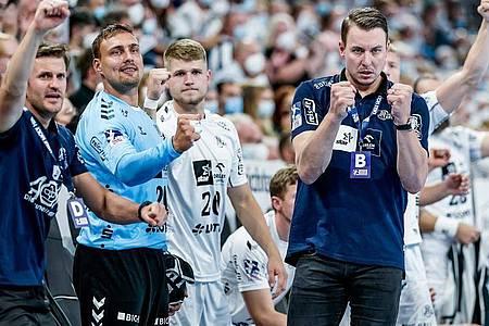 Kiels Trainer Filip Jicha (r) bejubelt gemeinsam mit seinem Asssistenzteam und den Ersatzspielern einen Treffer. Foto: Axel Heimken/dpa/Archivbild