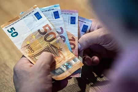 Mehr als 2,5 Millionen Menschen in Deutschland verdienen weniger als 2000 Euro brutto im Monat. Foto: Lino Mirgeler/dpa