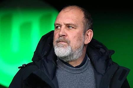 Jörg Schmadtke bestätigte, dass der VfL Wolfsburg wieder ins Mannschaftstraining eingestiegen ist. Foto: Ronny Hartmann/dpa