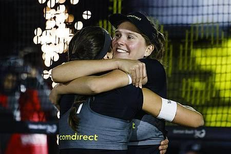 Sarah Schulz (r) und Chantal Laboureur freuen sich über ihren Sieg. Foto: Frank Molter/dpa