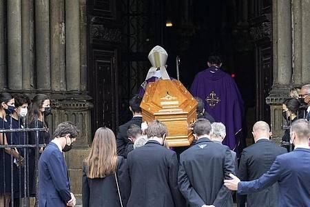 Der Sarg des Schauspielers Jean-Paul Belmondo wird in die Kirche Saint Germain des Près getragen. Foto: Michel Euler/AP/dpa